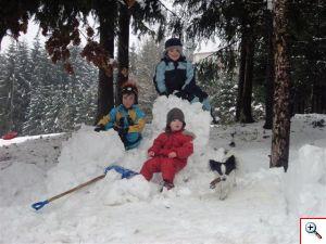 Schneemannbauen am Waldrand